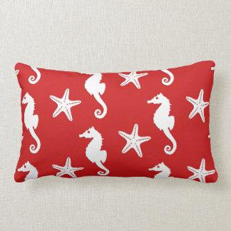 Seahorse & sjöstjärna - röd mörk korall och vit prydnadskuddar