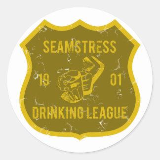 Seamstress som dricker ligan runt klistermärke