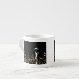 Seattle horisont på natten, med utrymmevisaren espressomugg