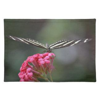 sebrafjärilshuvud på rosablommadjur bordstablett