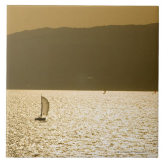 Segelbåt på det medelhavs- havet kakelplatta