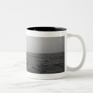 Segelbåt på hav Två-Tonad mugg