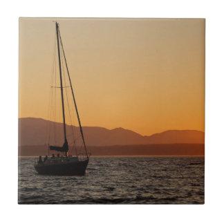 Segelbåt på solnedgången på det Puget ljud Kakelplatta