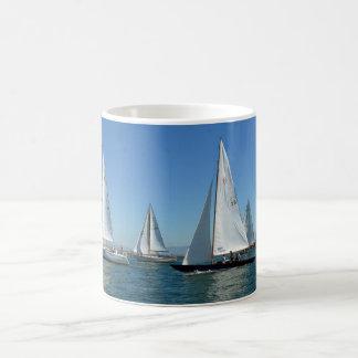 Segelbåtar i hamnen kaffemugg