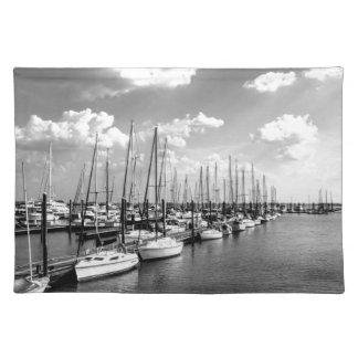 Segelbåthamn i svartvitt bordstablett