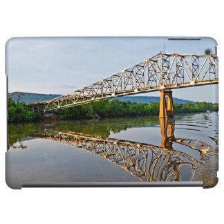 Segla under en överbrygga över Tennesseet River