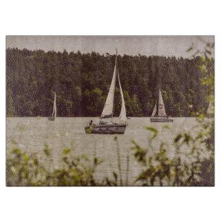 Sepia fotograferar av segelbåtar på en sjö