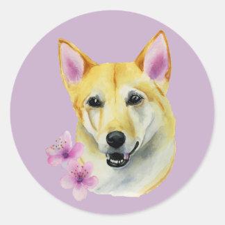 Shiba Inu med Sakura vattenfärgmålning Runt Klistermärke