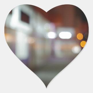 Shoppar den stads- platsen för natten med diffus hjärtformat klistermärke