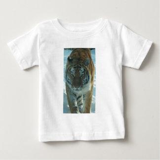 Siberian tiger som förföljer den begynna skjortan tee shirts