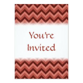 Sicksackmönster i coola skuggar av rött 12,7 x 17,8 cm inbjudningskort
