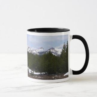 Sierra Nevada berg och snö på Yosemite Mugg