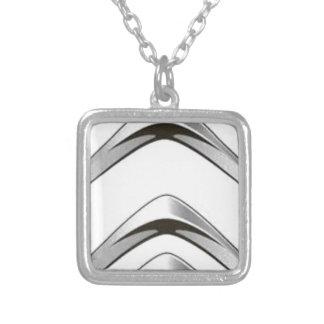 Signalerar framåt uppåtriktade för silvervitgrå halsband med fyrkantigt hängsmycke
