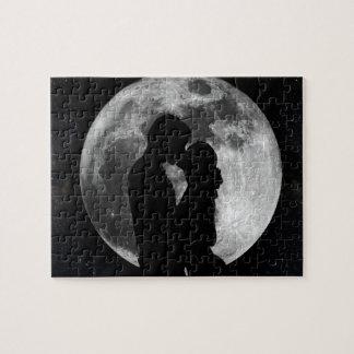 Silhouette av älskare i en fullmåne på natten pussel