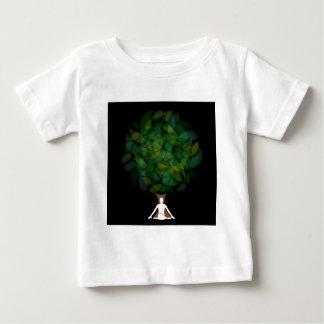 Silhouette av en meditera person eller en person t-shirt