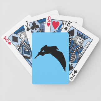Silhouette för svart för flyghavsfiskmås som leker spelkort