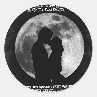Silhouette för två älskare runt klistermärke