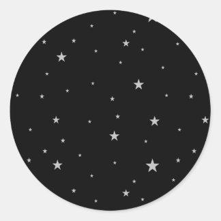 Silverstjärnor på svart runt klistermärke