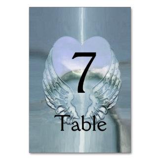 Silvervingar som slås in runt om en hjärta bordsnummer