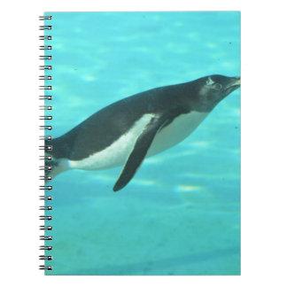 Simma för pingvin som är undervattens- anteckningsbok med spiral