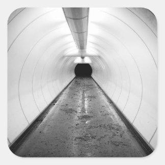 Singapore. En upplyst fot- tunnel in Fyrkantigt Klistermärke