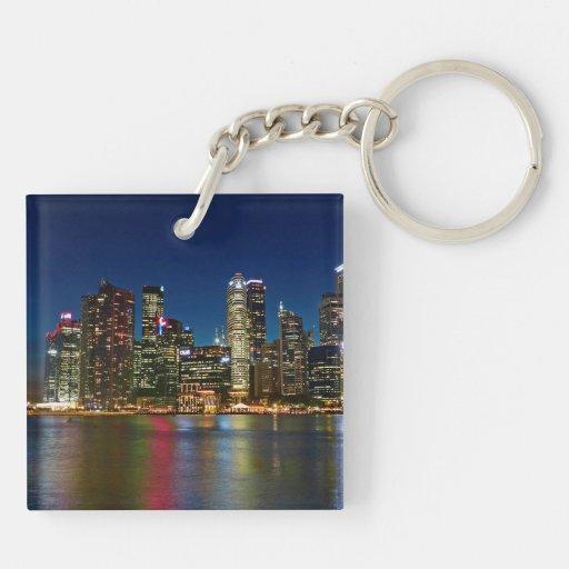 Singapore skyscraper på natten keychains