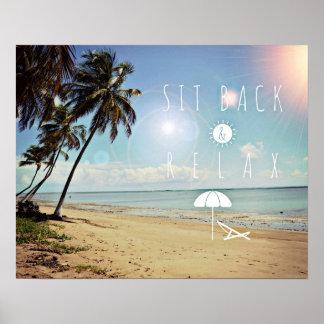 Sitt tillbaka och koppla av palmträd på en tropisk poster