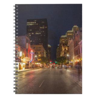 Sjätte gata på skymningen i i stadens centrum anteckningsbok med spiral