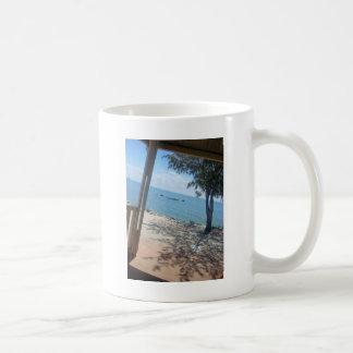 Sjösidan skuggar kaffemugg