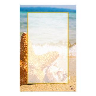 Sjöstjärna och snäckskal på stranden brevpapper
