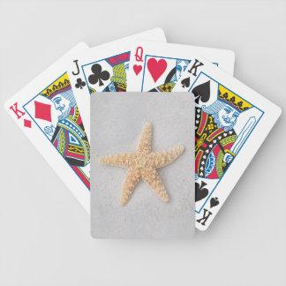 Sjöstjärna som leker kort spelkort