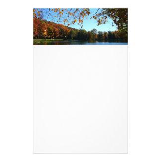 Sju vårnedgångträd och damm brevpapper