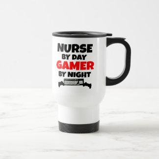 Sjuksköterska av daggameren vid natt resemugg