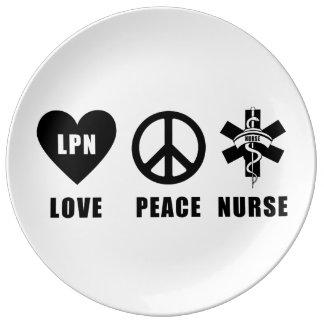 Sjuksköterska för LPN-kärlekfred Porslinstallrik