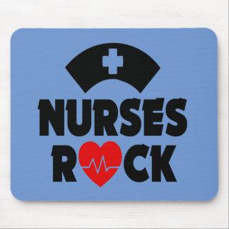 Sjuksköterska vadderar den roliga musen för sten musmatta