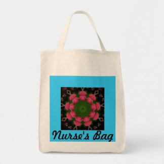 Sjuksköterskan hänger lös mat tygkasse
