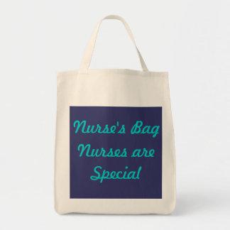 Sjuksköterskan hänger lös kasse