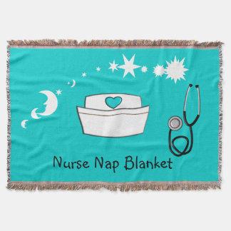Sjuksköterskan ta sig en tupplur filtblått mysfilt