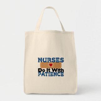Sjuksköterskor gör det med patiens mat tygkasse