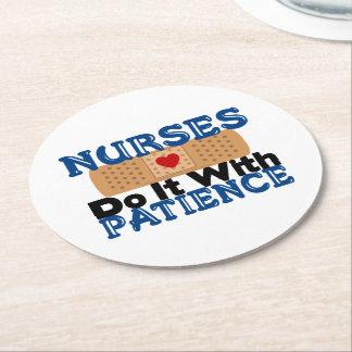 Sjuksköterskor gör det med patiens underlägg papper rund