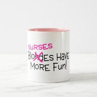 Sjuksköterskor har mer roligt Två-Tonad mugg