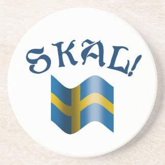 Skal svensk som dricker rostat bröd med flagga av underlägg för glas