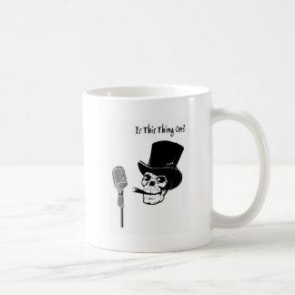 Skalle i top hat med mikrofonen kaffemugg