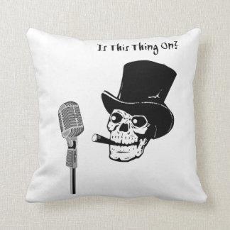 Skalle i top hat med mikrofonen kudde