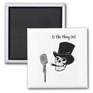 Skalle i top hat med mikrofonen magnet