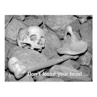 Skalle och ben i en grotta. Lossa inte ditt huvud Vykort
