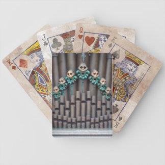 Skalle som leker kort spelkort