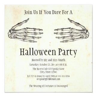 Skelett räcker den Halloween inbjudan