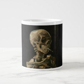 Skelett- skalle med den brinna cigaretten av Van Jumbo Mugg
