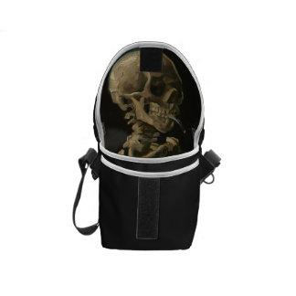 Skelett- skalle med den brinna cigaretten av Van Kurir Väskor